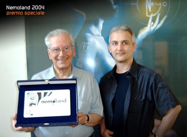 Il grande animatore italiano Giuliano Cenci mentre riceve il Premio Speciale Nemoland. Fotografia con Luca Chiarotti tratta da www.scuolanemo.com