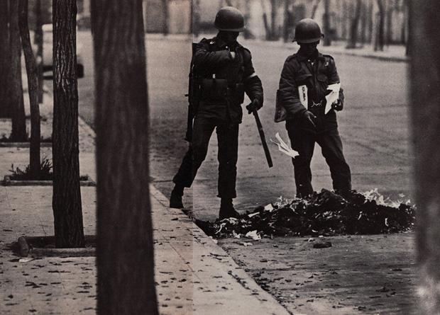 Soldati bruciano dei libri. Cile, 1973. Foto di David Burnett