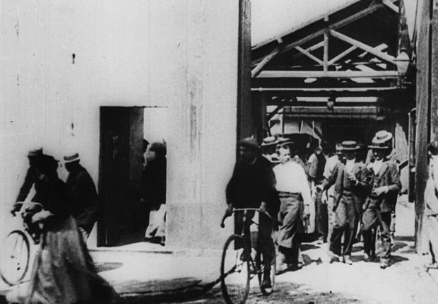 Arbeiter verlassen di Fabrik