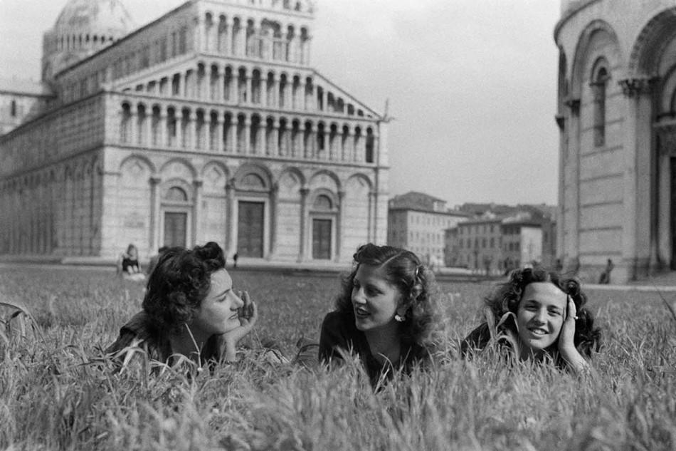 Federico Patellani, Pisa, 1946, tre ragazze in campo Miracoli