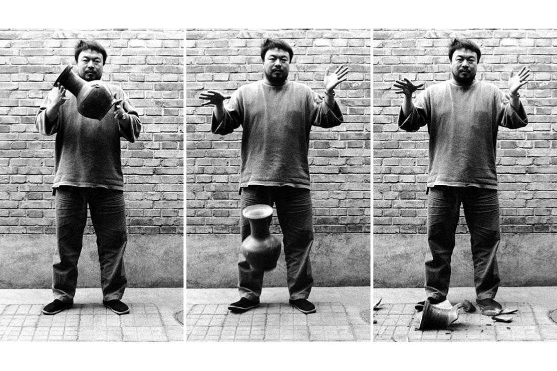 Ai Weiwei distrugge una vaso della dinastia Han (206 a.C.– 220 d.C) dopo averlo ridipinto con il logo della Coca-Cola.